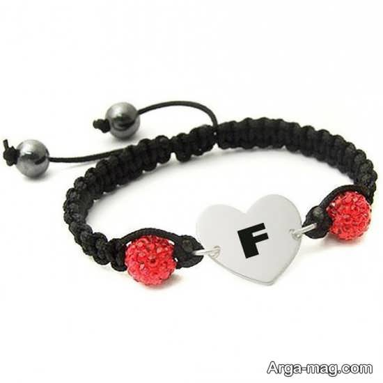 طرحی زیبا با حرف انگلیسی f روی دستبند