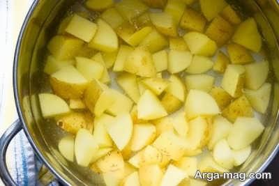 آب پز کردن سیب زمینی ها