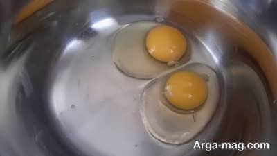 شکستن تخم مرغ درون ظرف