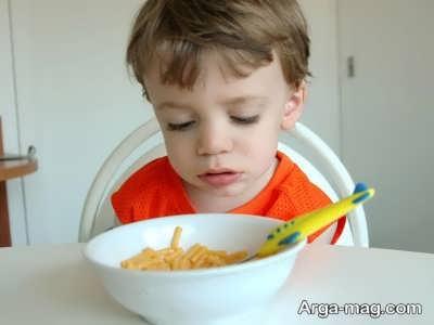 قرار دادن ظرف مخصوص غذا برای کودک