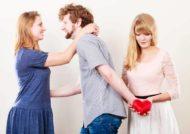 عدم توجه به همسر از نشانه های عدم علاقه به وی است.