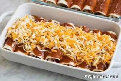 ریختن پنیر روی آنچیلادا