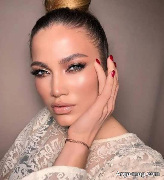 حنیفر لوپز خواننده آمریکایی و بدل روسی نوزده ساله اش