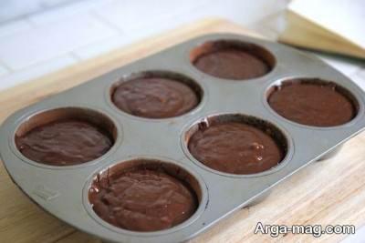 ریختن مایه کیک درون قالب