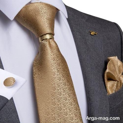 ست کراوات طلایی با پیراهن سفید
