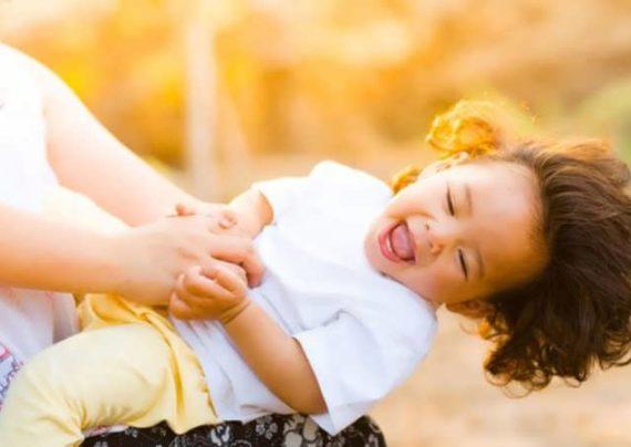 قلقلك دادن نوزاد نحوه صحيحي براي برقراري ارتباط با او نمي باشد