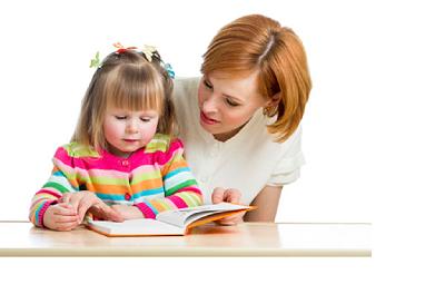 خواندن کتاب برای کودک توسط مادرش