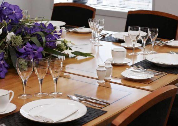 چیدمان زیبا و شیک میز غذاخوری