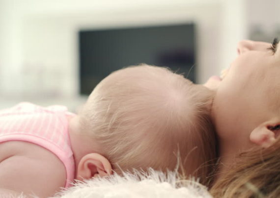 آشنایی با نحوه بغل کردن نوزاد