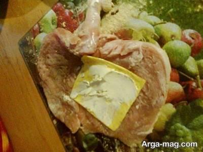 قرار دادن پنیر پیتزا در وسط سینه مرغ