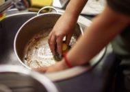 راه های تمیز کردن ظروف سوخته