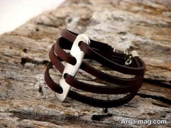 طرحی زیبا از دستبند چرم