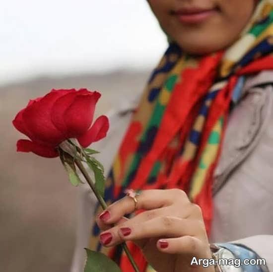 انواع ژست عکس زیبا با گل