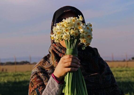 آشنایی با انواع ژست عکس با گل
