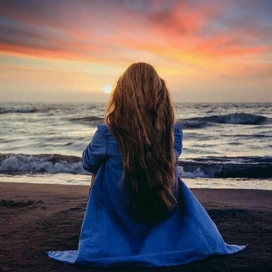 تصویر زیبا زن تنها در غروب