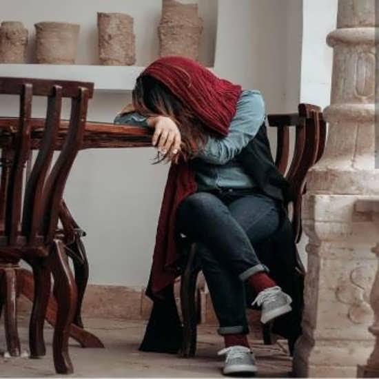 تصویر زیبا و غمگین زن تنها