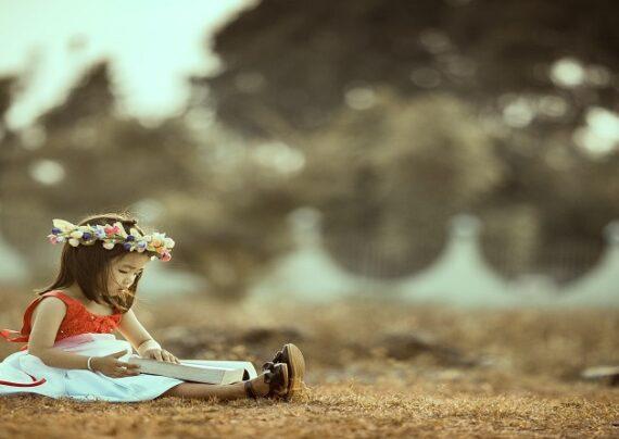 دختر بچه با پیراهن زیبا