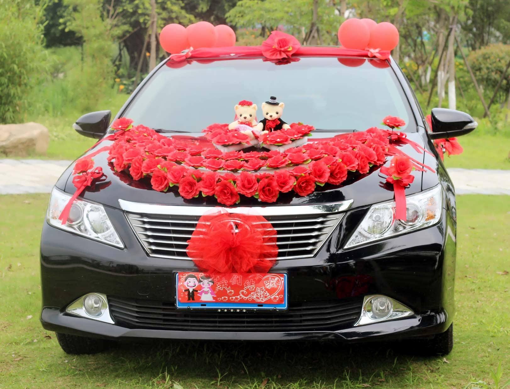 ایده هایی لاکچری و زیبا از تزیین ماشین مشکی با گل های قرمز