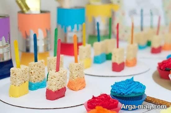 تزیینات خوراکی های جشن تولد شامل انواع نوشیدنی ها و کیک ها