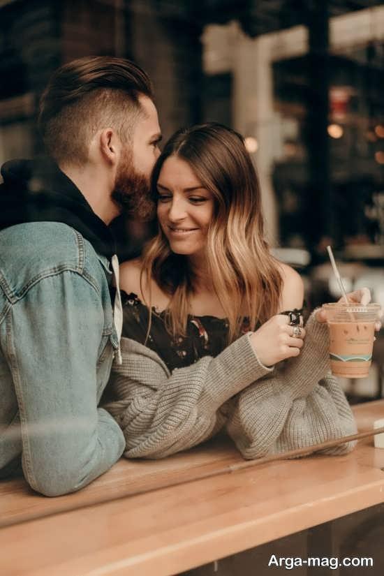 ژست عکس عاشقانه در کافی شاپ