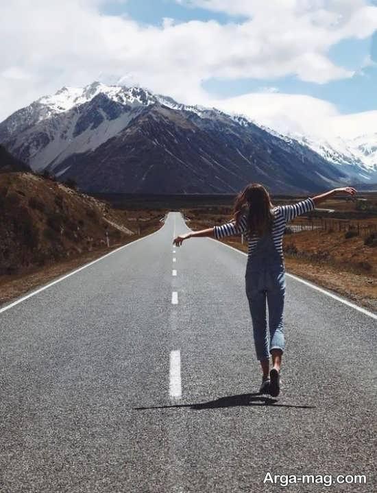 ژست دخترانه تکی در جاده