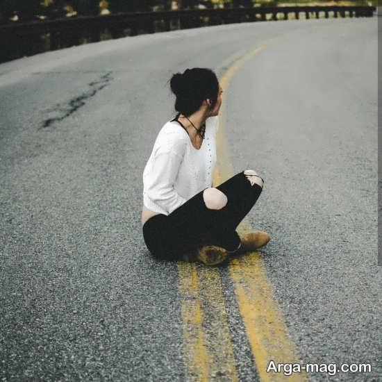 ژست دخترانه زیبا در جاده