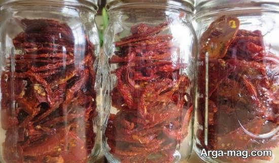 خشکاندن گوجه فرنگی و قرار دادن در شیشه همراه با روغن زیتون و سبزیجات معطر
