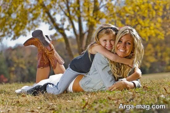 ژست عکس مادر و دختر در طبیعت