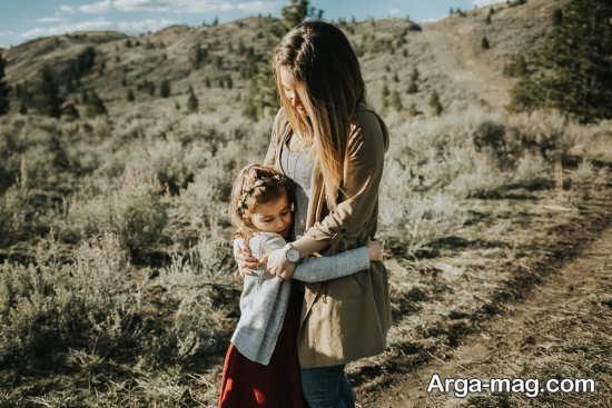 فیگور عکس مادر و دختر در بیابان
