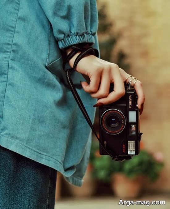 ژست جدید و باحال با دوربین عکاسی