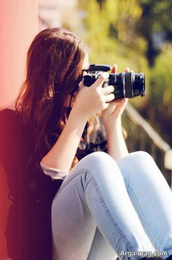 ژست جالب و جذاب دخترانه با دوربین