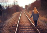 آشنایی با انواع ژست عکس روی ریل قطار