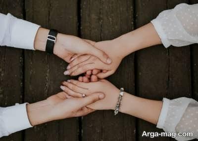 گرفتن دستان همسر در دست خود