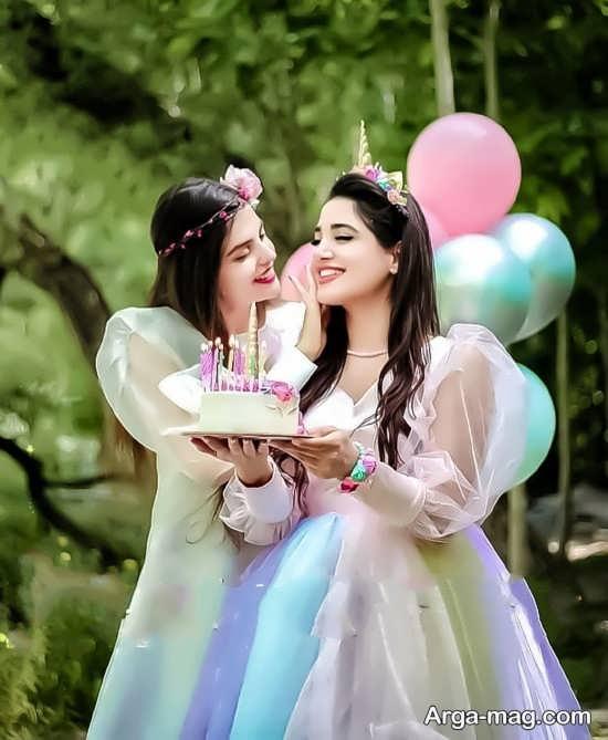 ژست عکس دوستانه در طبیعت با کیک تولد
