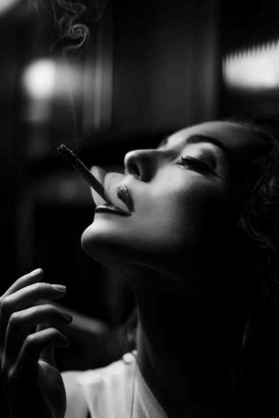 تصویر پروفایل دخترانه زیبا و جذاب سیگار