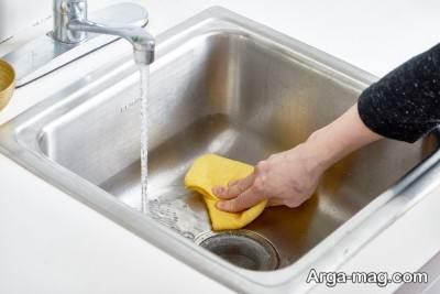 با استفاده از آبلیمو تمامی لکه های سینک را پاک کنید.