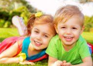 بازی کردن کودک در فضای باز