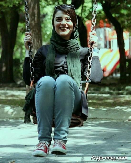 ژست جذاب دخترانه با تاپ در پارک