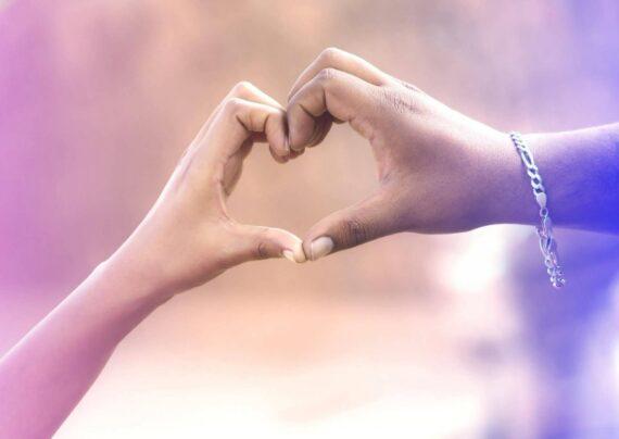 آشنایی با انواع عکس دست عاشقانه