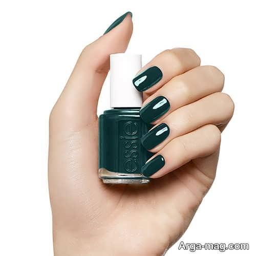 طراحی زیبا ناخن با رنگ سبز تیره برای پوست روشن