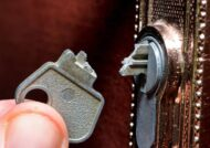 بیرون کشیدن کلید شکسته در قفل