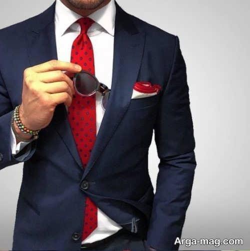ست کت تک سورمه ای با کراوات قرمز